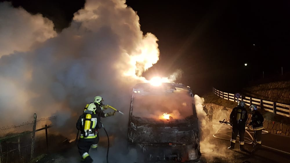 Autobus in fiamme (foto Freiwillige Feuerwehr Tramin)